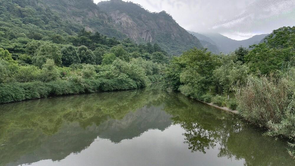 """温岭市东北,坐落举世闻名的""""石板之乡""""新河镇长屿村境内,为省级风景"""